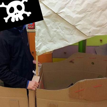 TEMA: PIRATI - Una grande nave di cartone, accessori da pirati e piratesse, un po' di trucco e... all'arrembaggio!